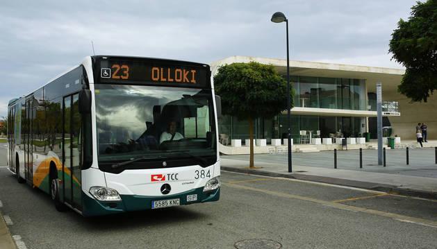 foto de La línea 23, en la parada de Cordovilla, junto al centro dotacional.