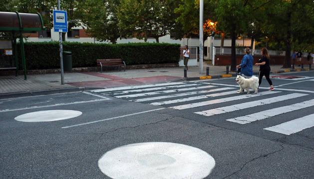 En distintas vías de la ciudad hay pintados círculos blancos como los de la imagen, preparativos de las señales de calle 30 km/hora.