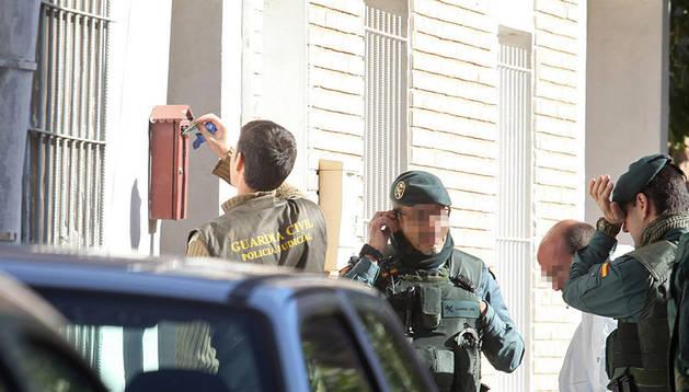 La Guardia Civil, junto a la vivienda donde ocurrió el crimen.