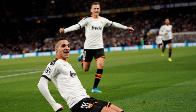 Foto del jugador del valencia Rodrigo, que celebra el gol ante el Chelsea.