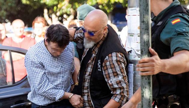 Foto de José Luis Abet Lafuente, el autor confeso del triple asesinato de su expareja, su exsuegra y su excuñada, a su llegada este martes al juzgado.
