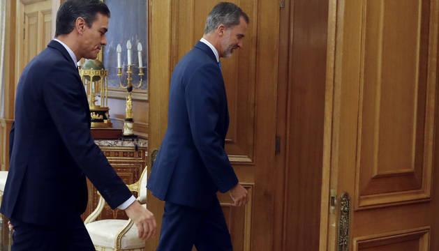 El Rey Felipe y Pedro Sánchez, antes de su reunión en la Zarzuela.