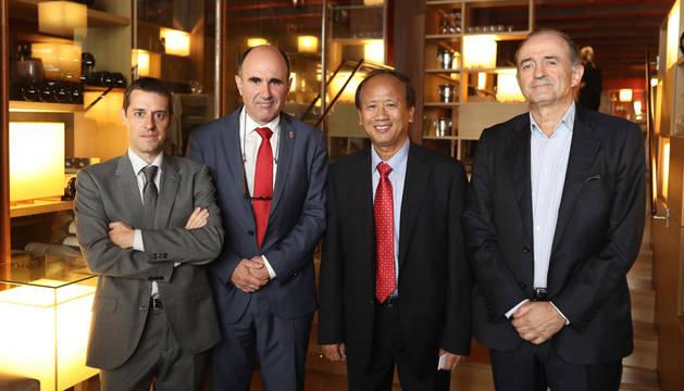 De izquierda a derecha: Iker Linzoain, Manu Ayerdi, el embajador Tien Dung y Jesús Elizari.