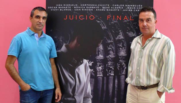De izda. a dcha.: Ángel Chivite y Alfonso Rincón, con el cartel del corto.
