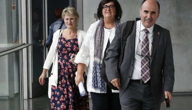Manu Ayerdi llegó acompañado por Maitena Ezkutari y Pilar Irigoien.