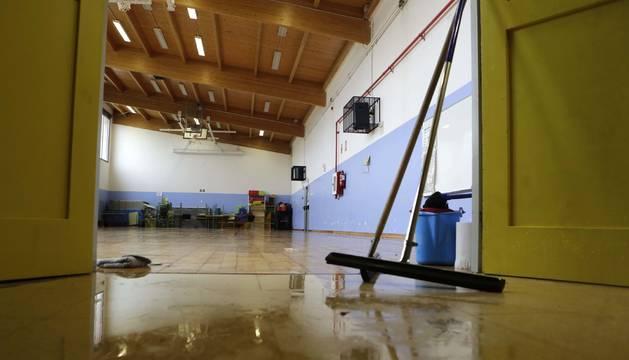 El agua entró hasta el gimnasio en el CP San Pedro de Mutilva.