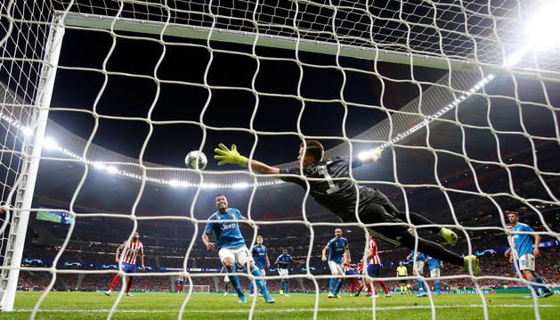 El meta del Juventus, Szczesny, se estira para tratar de evitar el cabezazo de Herrera que puso el empate en el marcador.