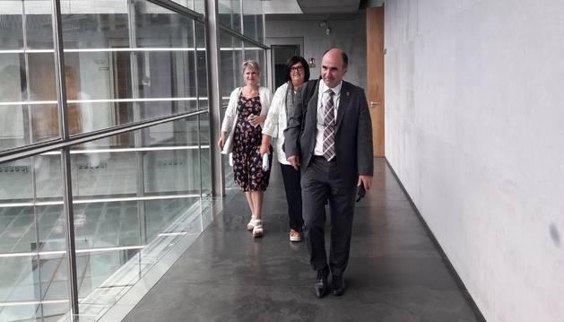 Foto del consejero de Desarrollo Económico y Empresarial del Gobierno de Navarra, Manu Ayerdi, acompañado de Pilar Irigoyen, director gerente de Sodena, y Maitena Ezkutari, directora general de Turismo, en el Parlamento de Navarra.
