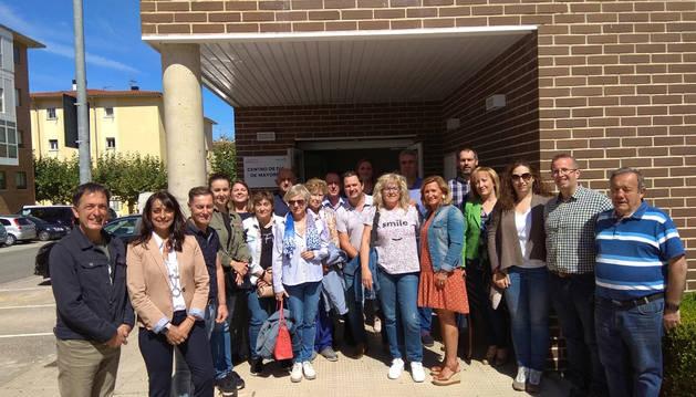 Foto de los miembros de los servicios sociales de Noáin visitando el centro de día para mayores en Beriáin.