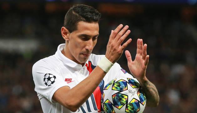 El argentino Ángel Di María aplaude sosteniendo el esférico al finalizar el encuentro contra el Real Madrid.