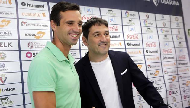 Miguel Flaño junto a Braulio Váquez durante al rueda de prensa ofrecida en Tajonar.
