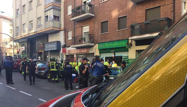 Servicios de emergencia y vecinos, en el lugar en el que la mujer se ha arrojado del balcón con su hija en Madrid.