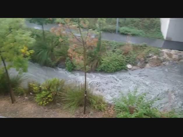 El río Elorz aumenta su caudal tras la tormenta.