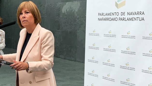 Uxue Barkos se dirige a los medios a su llegada al Parlamento de Navarra.