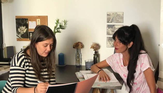 Aintzane Garreta (izq.), ayer junto a a Marta Vazgo, una de las creadoras de la webserie Chicos.