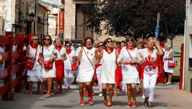 Varias mujeres bailan durante el pasacalles que tuvo lugar tras la misa.