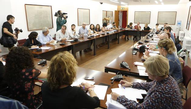 Reunión de la primera Mesa General de la Función Pública, que se celebró este jueves en la sala Joaquín Elizalde del Palacio de Navarra.