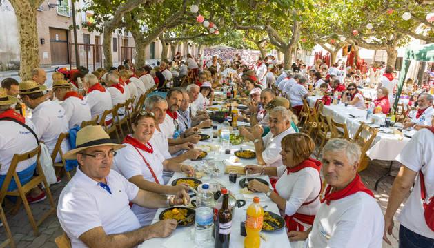 El paseo de San Raimundo acogió el jueves la celebración de la paellada popular con motivo del Día de la Peñas de Fitero.