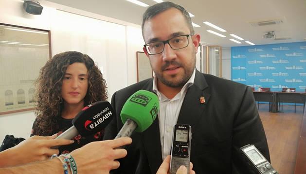 Foto de Javier Remírez, consejero de Presidencia, Igualdad, Función Pública e Interior, atendiendo a los periodistas.