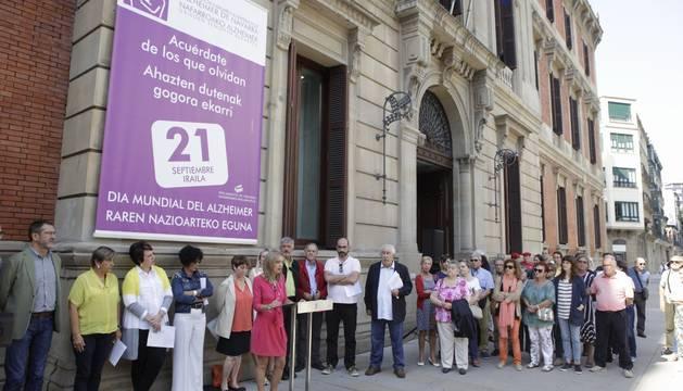 El Parlamento de Navarra ha evidenciado su adhesión al Día Mundial del Alzheimer con la participación de representantes de todos los grupos en un acto conmemorativo organizado por el Legislativo Foral junto a la Asociación de Familiares de Alzheimer de Navarra (AFAN).