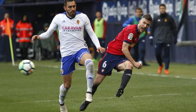 Borja Iglesias, con Oier, en El Sadar en 2018.