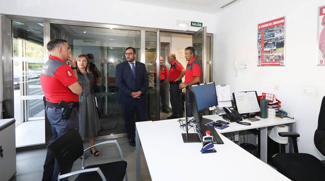 El consejero Javier Remírez atiende a los agentes durante la visita a la comisaría de la Policía Foral en Estella.