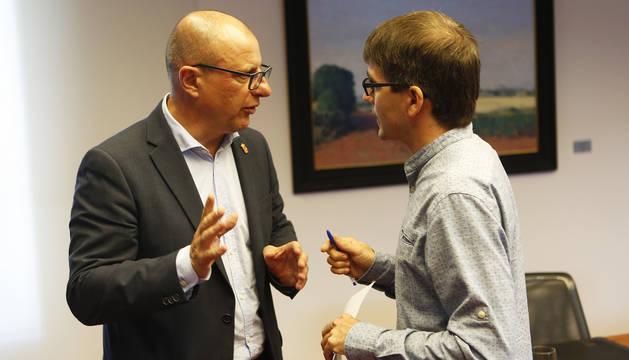 El consejero de Educación Carlos Gimeno conversa con Jabier Arakama, ayer sustituto de María Solana como portavoz de Geroa en la comisión.