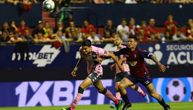 El Chimy Ávila pugna por un balón con Marc Bartra.