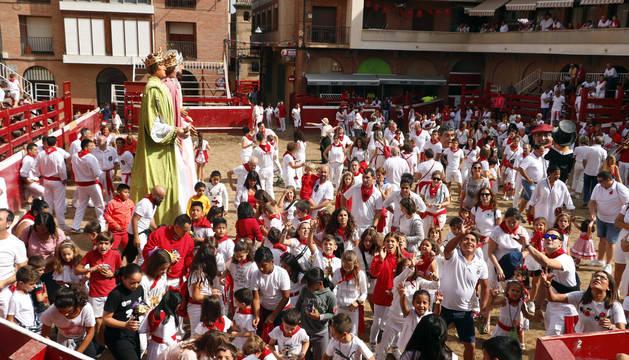 Decenas de niños asistieron al cohete anunciador del día.