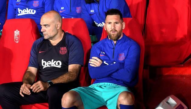 Foto de Leo Messi observa el partido desde el banquillo del Granada.