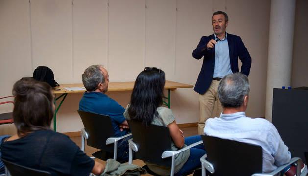 Foto de Luis Turiel dirigiéndose a los vecinos de Carcastillo que acudieron el viernes al primer foro informativo sobre el desarrollo del PUM.