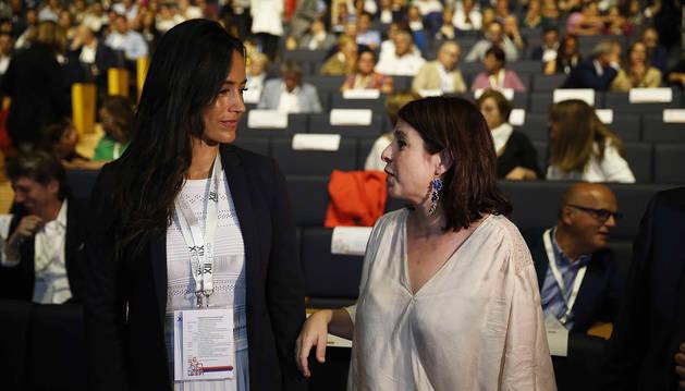 Begoña Villacís (izda.) y Adriana Lastra, en el XII Pleno de la Federación de Municipios y Provincias celebrado en Madrid.