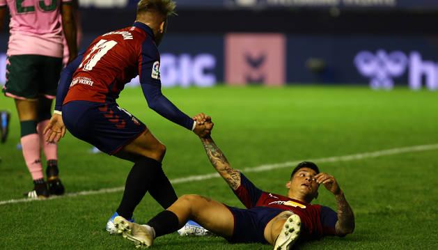 Brandon ayuda a incorporarse al Chimy Ávila, este viernes en el partido contra el Betis.