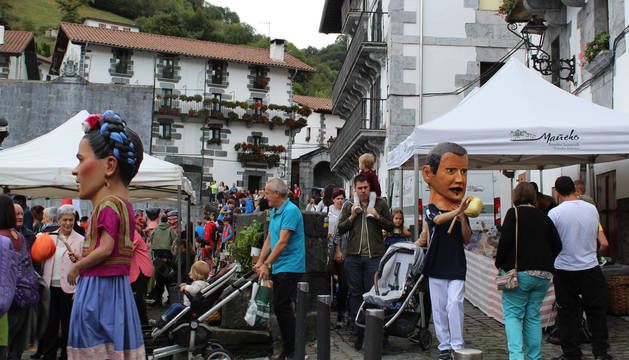 Fotos de los gigantes y cabezudos, que aderezaron el Día del Talo y el público lo agradeció.