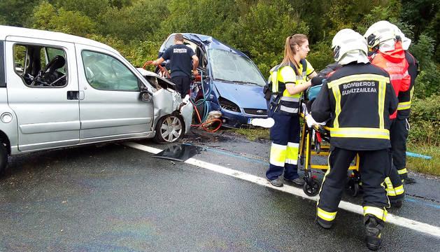 La colisión frontal de dos vehículos registrada este domingo 22 de septiembre en la N-121 a la altura de Arraitz se saldó con la muerte de una mujer, vecina de Bilbao, y tres heridos graves.