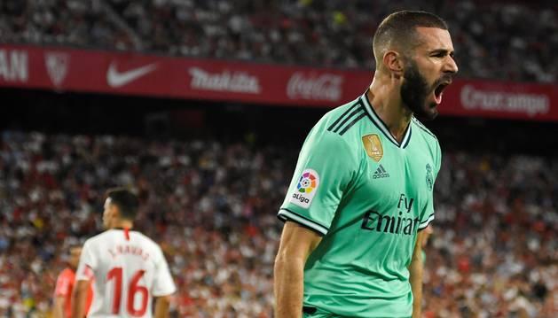 El delantero del Real Madrid, Karim Benzema, celebra su gol frente al Sevilla.