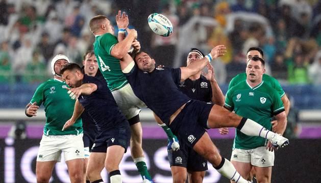 Foto de Andrew Conway, de la selección de Irlanda y Fraser Brown, de la escocesa, durante el partido de este domingo.