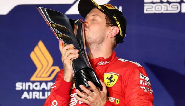Vettel cierra su sequía en Singapur y Sainz se topa con el infortunio