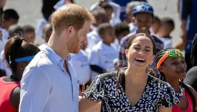 Los duques de Sussex comenzaron este lunes en Sudáfrica su primer viaje oficial en familia desde el nacimiento de su hijo Archie.