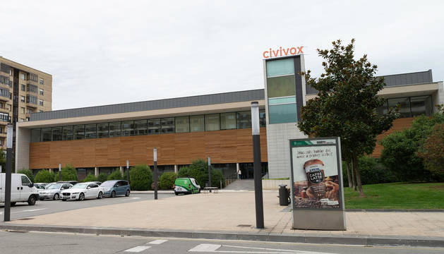 foto de Vista del acceso principal del Civivox Iturrama en la calle Esquíroz