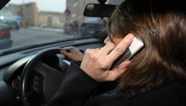 Un estudio señala que el uso del móvil al volante causa 390 muertos al año en España