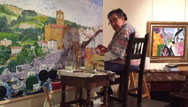 foto de Ana Mari Marín, en su estudio ahora instalado en Elizondo, trabaja en una de sus pinturas.