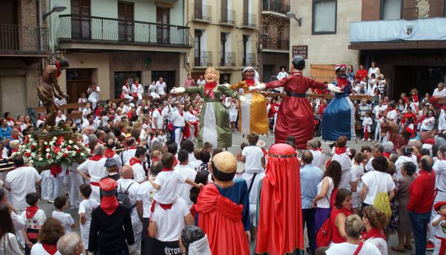 foto de Las figuras de la Comparsa de Gigantes bailan la Jota de Cascante ante la imagen del copatrón de la localidad ribera.