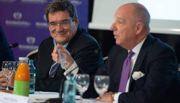 El presidente de la AIReF, José Luis Escrivá (i), junto al presidente de la Cámara Navarra de Comercio, Javier Taberna (d).