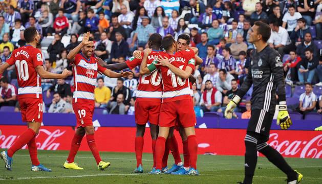 Los jugadores del Granada celebran el tanto de Carlos Fernández ante la desolación del meta local, Masip.