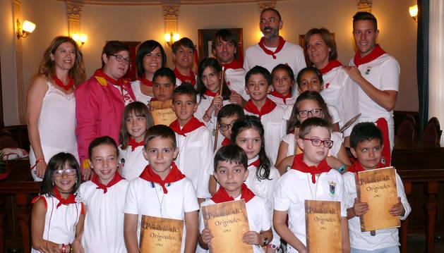 foto de LAS DOS CORPORACIONES. La Corporación Municipal de Corella posó con el Ayuntamiento Infantil tras su constitución.