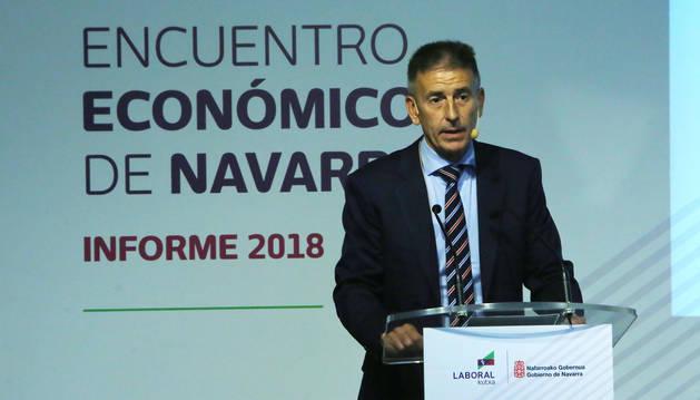 foto de El responsable de estudios de Laboral Kutxa, Joseba Madariaga, en la presentación del informe