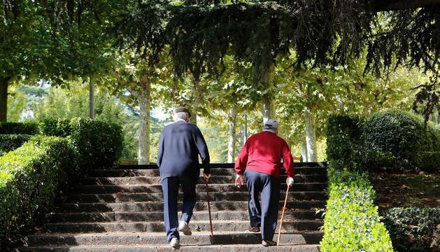 foto de Dos hombres suben unas escaleras.