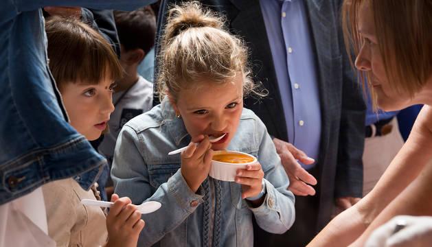 Dos niñas degustan pochas de Sangüesa en la edición de 2017.