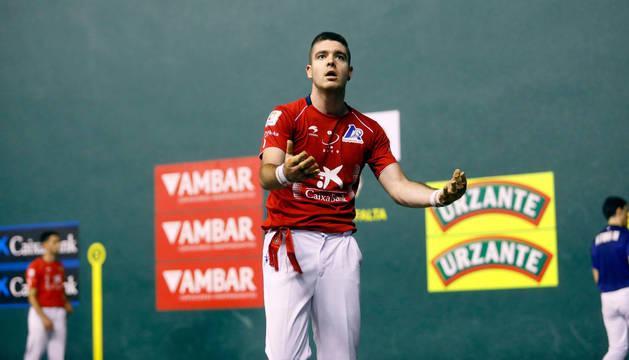 Iker Irribarria se lamenta de un error en el partido de este miércoles.